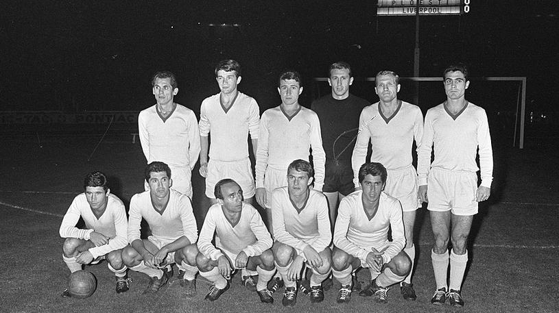 Alexandru Pall, al treilea pe rândul de sus, de la stânga la dreapta, înaintea meciului decisiv cu FC Liverpool
